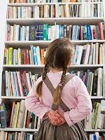 menina olhando livros